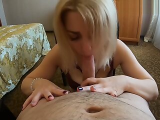 Horny dame sucked far the addition of swallowed cum alien a young defy round a MOSCOW motel